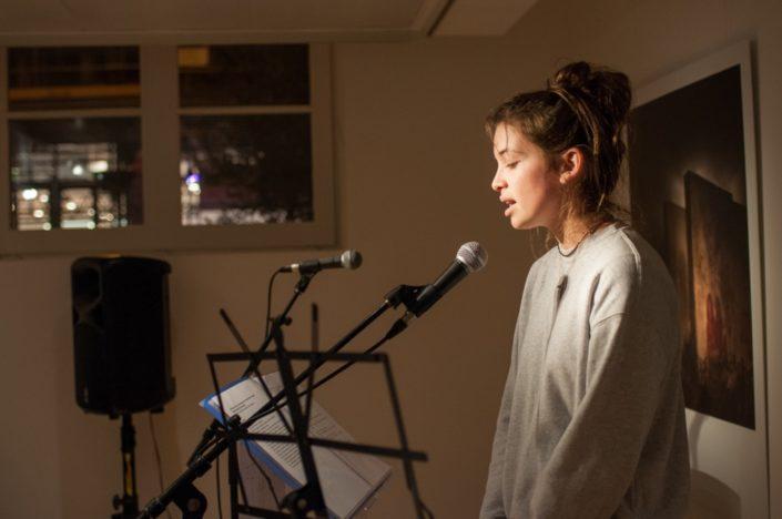 La comédienne Coline Beal dit des poèmes de lauréats 2016