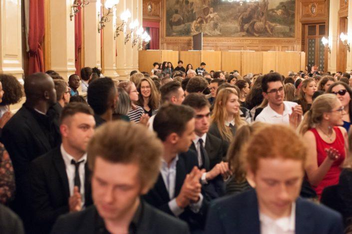 Applaudissements nourris pour le Conseil Communal des Jeunes (CCJ) d'Issy-les-Moulineaux (92) parrain des jurés 2017 et debout au fond de la salle