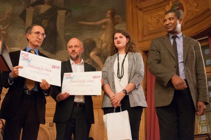 Au centre, Etienne Orsini, chargé de Mission à l'Espace Andrée Chedid d'Issy les Moulineaux (92) et Margarita Stroganova, 3ème prix, du Lycée Français Alexandre Dumas de Moscou (Russie)