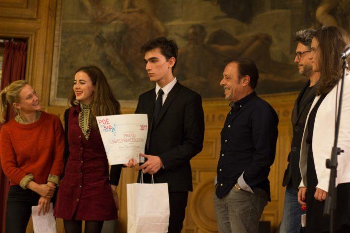 Umut Mert Karacaoğlu, Lycée Sainte Pulchérie à Istanbul (Turquie) très entouré par les artistes qui lui remettent le Prix du LabelFrancEducation