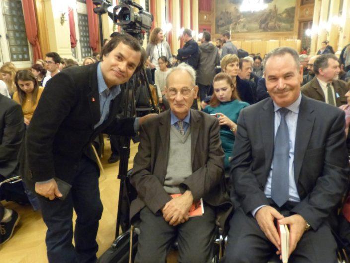 Binod Khahurel, Président de l'Association France Népal debout aux côtés de Pierre Brunel et un représentant de la délégation d'Algérie