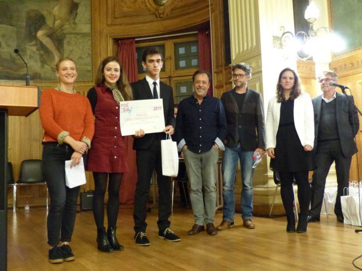 Umut Mert Karacaoğlu du Lycée Sainte Pulchérie, Istanbul - Turquie reçoit le Prix du LabelFrancEducation de Yeelem Jappain, Lou Gala, Antoine Coesens, Frédéric Gorny, Mèche