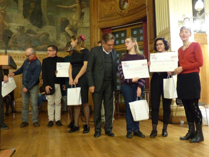 Aglaée Collin attend son prix ; Guy Féret et Apolline Bourgeois, prix PPS, Lycée Sonia Delaunay à Vert Saint Denis (77) ; Mathilde Zupan, 3ème prix, Lycée René Descartes à St Genis Laval (69) et et Marie-Rose Farjon, psychologue, administrateur