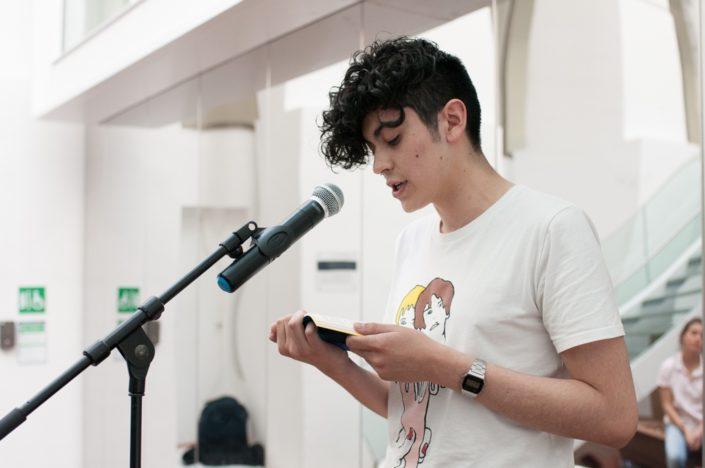 Ignacio Guzman, juré 2017, lit son poème primé en 2016