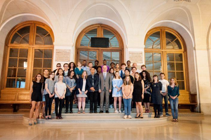 Monsieur Jean-Michel Blanquer, Ministre de l'éducation nationale entouré des lauréats, finalistes, jurés et amis de Poésie en liberté