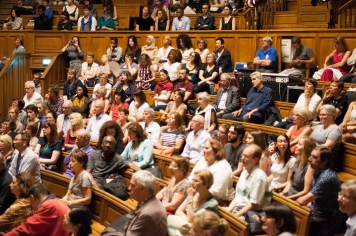 Dans le public, lauréats, finalistes, professeurs, jurés, amis, proviseurs et des administrateurs du concours Poésie en liberté.