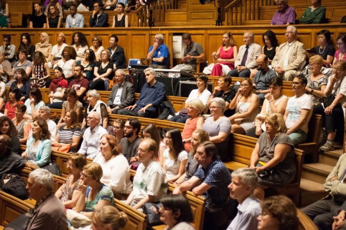 Au pupitre, dominant le public et maîtrisant son et lumières, Olivier Jacquet en bleu et Manuel Mayer de la Sorbonne