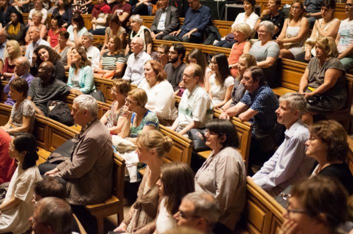 Lauréats, finalistes, professeurs, jurés, proviseurs, amis, mêlés dans le public avec les administrateurs du concours