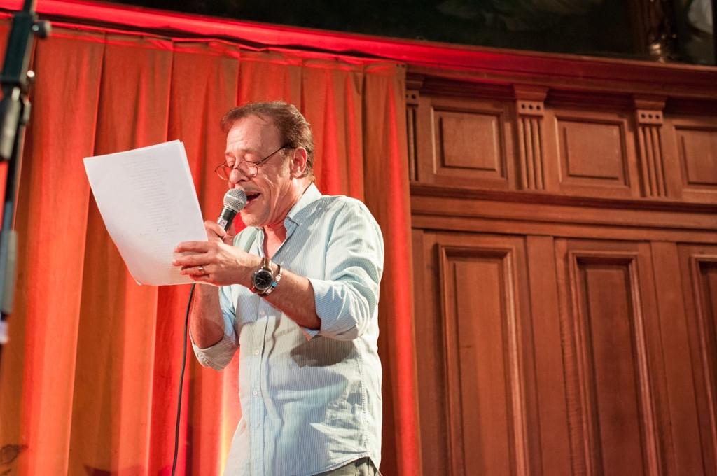 Le comédien Antoine Coesens lit des poèmes primés