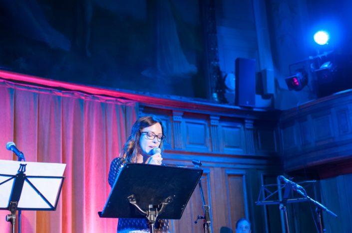 Dounia Coesens lit des poèmes primés