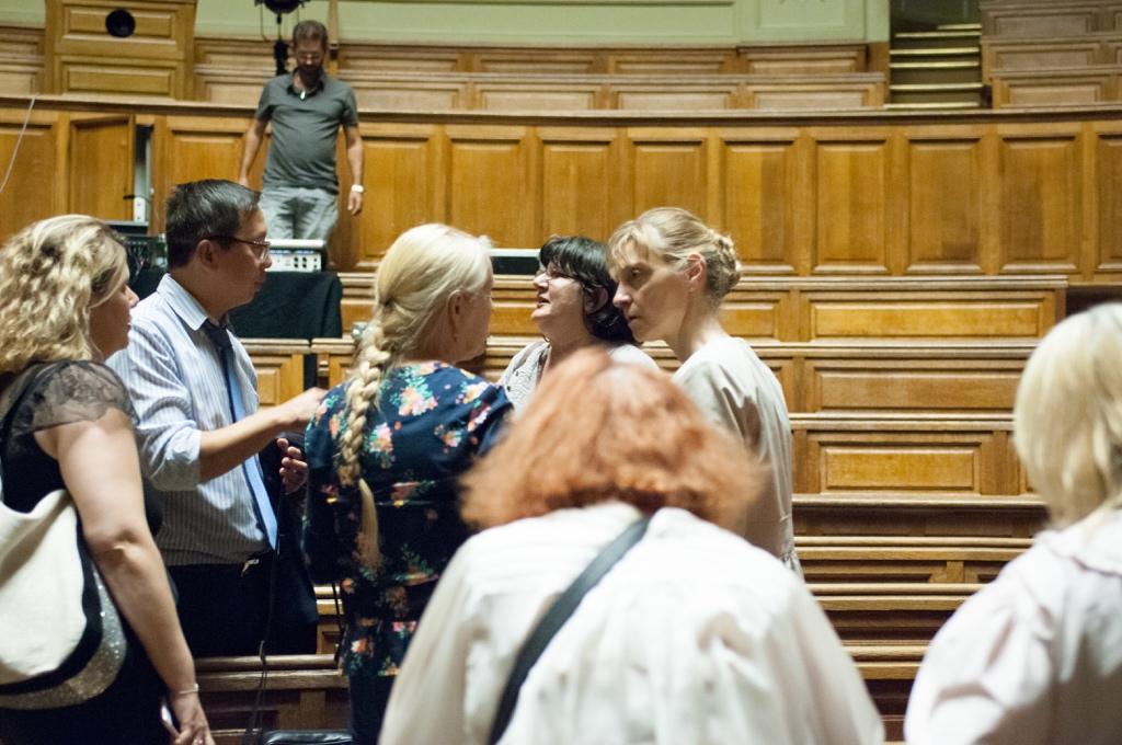 Fin de la soirée, en haut, Manuel Mayer de la Sorbonne range le matériel, des spectateurs bien connus partagent leurs impressions.