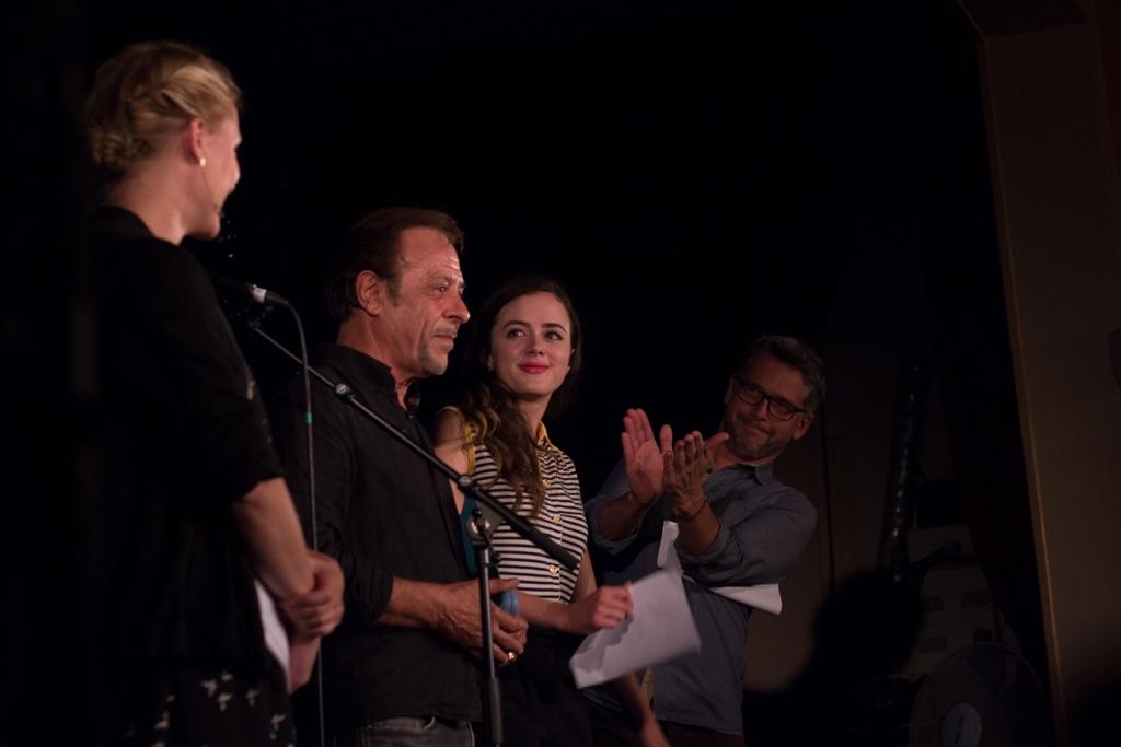 Antoine Coesens au centre de l'attention : Yeelem Jappain (de dos), Lou Gala et Frédéric Gorny qui applaudit