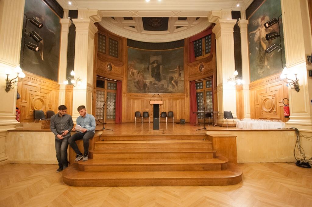Des jurés 2017 contribuent à la mise en place de la cérémonie : Romuald Thonney, Isséen, apprenti en mécanique auto et Marius David Orléanais en 1ère scientifique