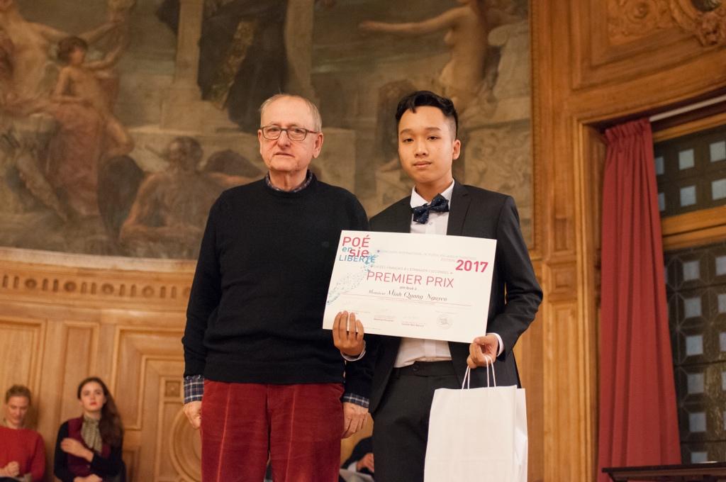 L'auteur-interprète Yvan Dautin et Minh Quang Nguyen, 1er prix, Lycée Français Alexandre Yersin de Hanoï (Vietnam)