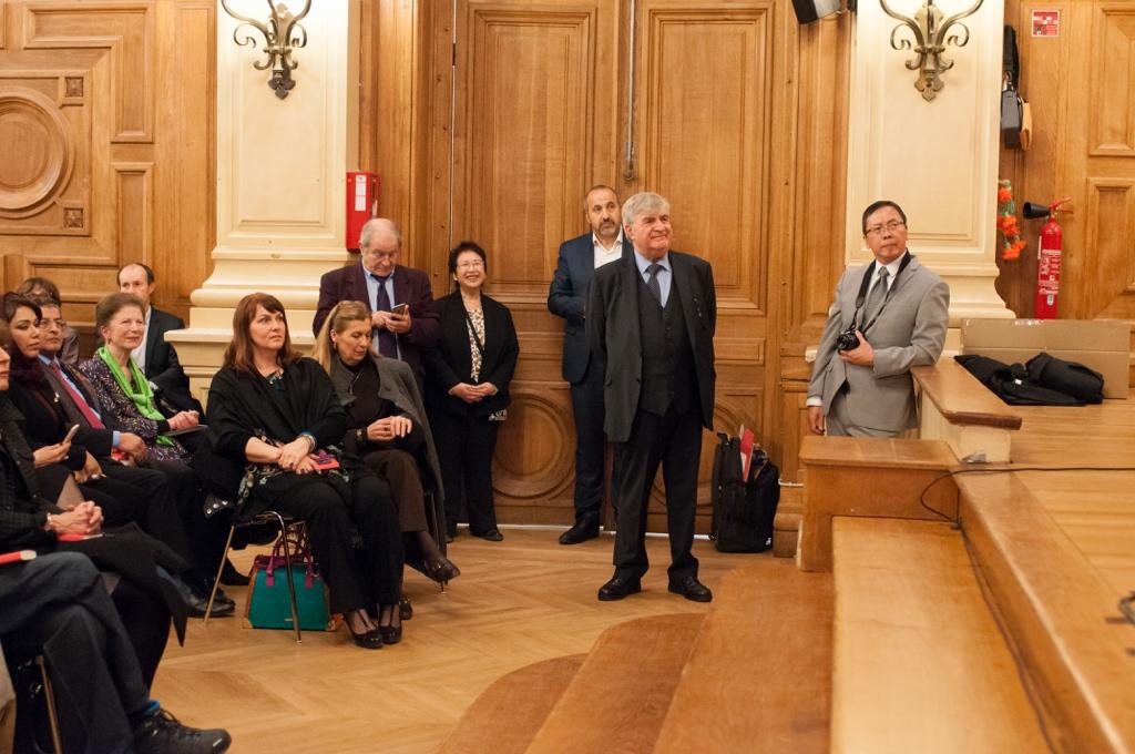 Près de la porte, et derrière Jean-Marc Muller, Président, Francis Piazza, Trésorier adjoint, Yen Kuan, Attachée de Direction, Rabah Kaabeche, administrateur, Guy Kuan, Directeur financier