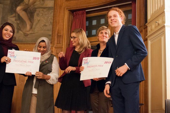 à droite, Madame Marion Dumas, Directrice du Centre culturel canadien et Olivier Jolicoeur, 1er prix, Cegep du Vieux Montréal à Montréal (Canada)