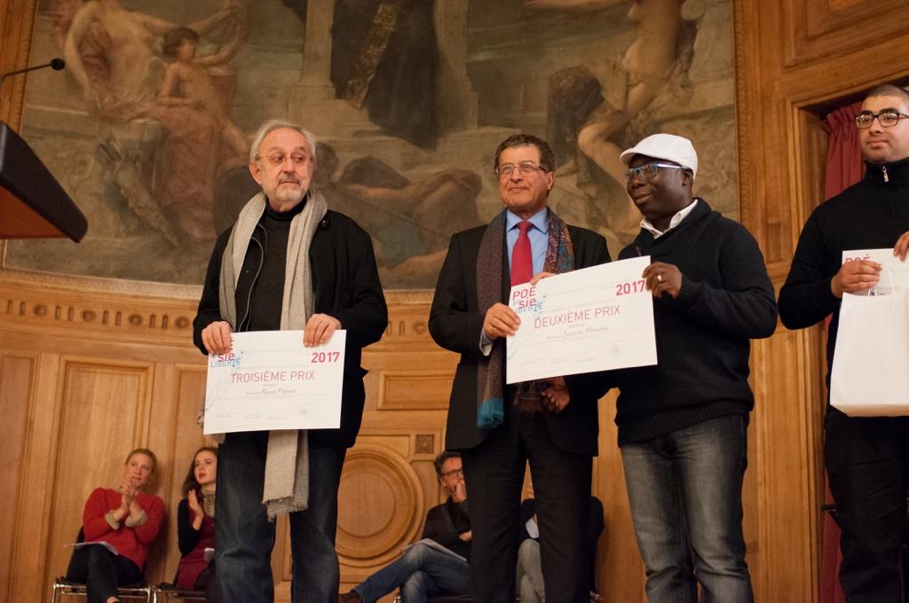 Claude Mollard attend le lauréat Raoul Djimeli. Au centre, Mojeb Al-Zahrani, Directeur général de l'IMA et Maha Lee Cassy, représentant Laurent Malanda, ENS Université de Maroua (Caméroun)