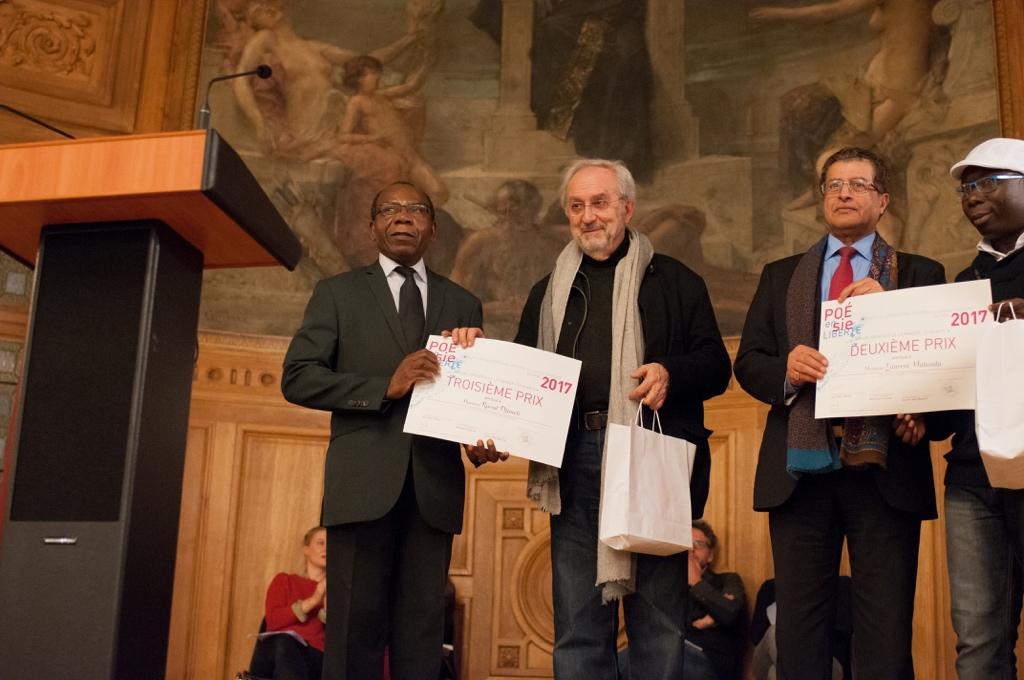 Raoul Djimeli, 3ème prix, Université de Yaoundé (Caméroun) réprésenté par son père Daniel Tongning avec Claude Mollard Conseiller culturel auprès de Jack Lang, Mojeb Al-Zahrani, Directeur général de l'IMA avec Laurent Malanda, 2ème prix, représenté par Maha Lee Cassy