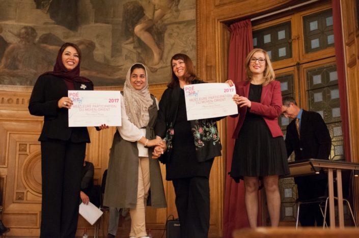 Prix de la meilleure participation du Moyen-Orient décerné par Madame Duaa Al Aamri, Ambassade du Sultanat d'Oman en France, Chargée d'affaires administratives et financières et Louisa Nadour, Ambassadrice Poésie en liberté pour le Moyen-Orient, à l'University of Nizwa - Sultanat d'Oman représentée par Djamila Gabruck, Professeur et Ruaa Al-Maashari, étudiante