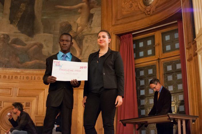 """Niklovens Fransaint, prix """"Dis-moi-Dix mots et 3ème prix, IMFP à Gonaïves (Haïti) décerné par Bérangère Ferry-Wilczek, chargée de communication, Ministère de la Culture"""
