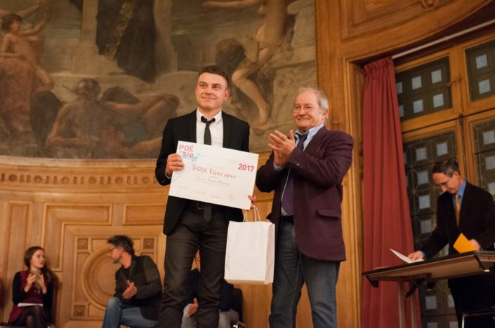 """Prix """"Vivre avec"""" décerné à Florian Delestré, ESPE Arras (62) par Francis Piazza, Trésorier adjoint"""