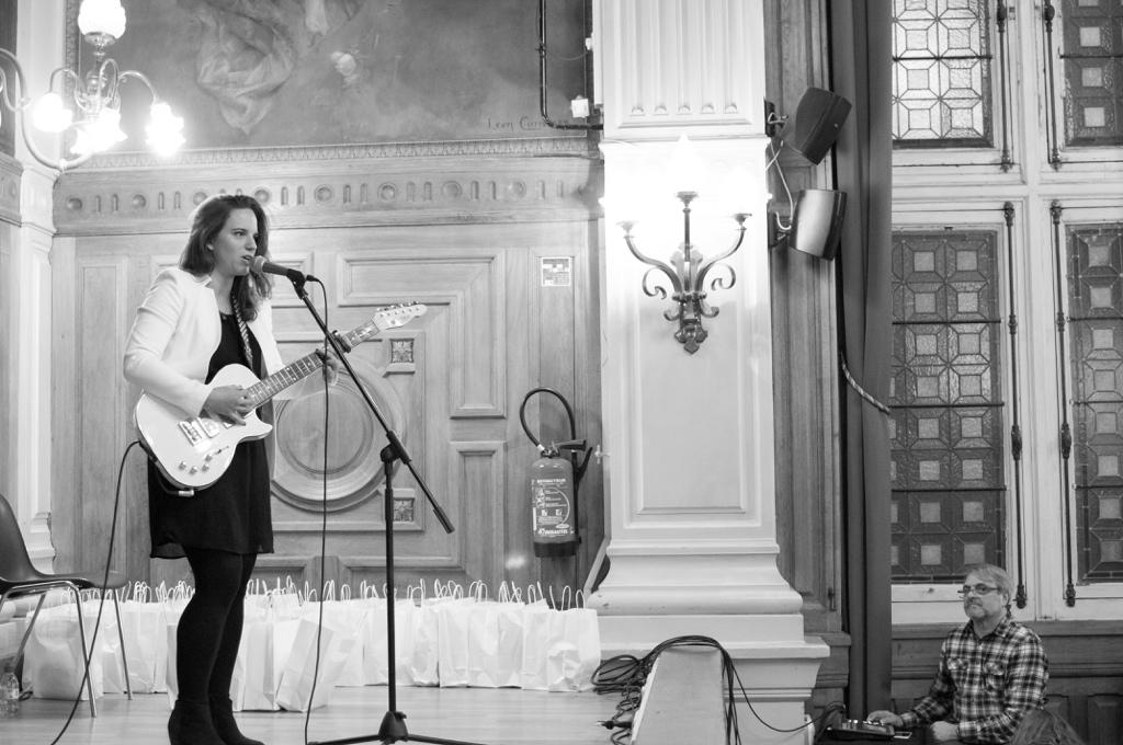 Mèche, auteur-compositeur-interprète. A la console, Olivier Jacquet, Responsable technique de l'université Paris-Sorbonne
