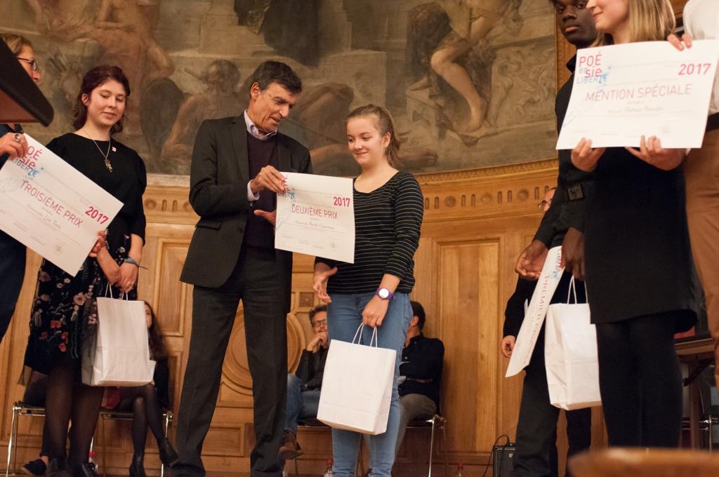 Claude Morel, Préfet honoraire, remet le 2ème prix à Aurélie Gouvernon, Lycée Charles Péguy à Orléans (45)