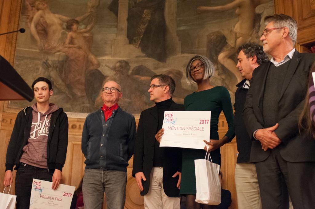 Abigaëlle Wabelo, mention spéciale, entourée de Philippe le Guillou, Proviseur et d'Ariel Lellouche, instituteur.