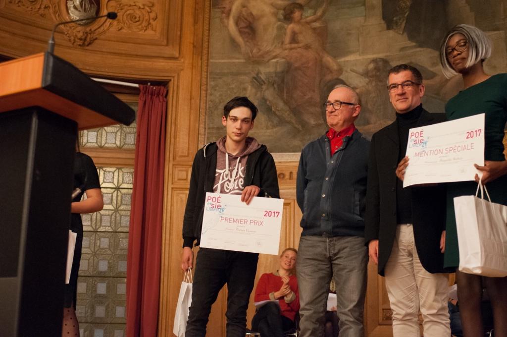 Florian Vasseur, 1er prix, Lycée Lavoisier à Mayenne (53) et André Prodhomme, poète, Président du Jury2013 ; Philippe le Guillou, Proviseur et Abigaëlle Wabelo, mention spéciale, Lycée Fernand Léger à Ivry sur Seine (94)
