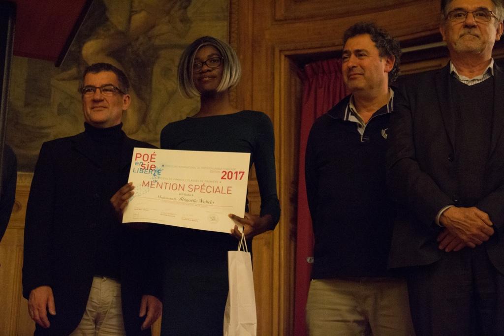 Abigaëlle Wabelo, Lycée Fernand Léger, entourée de Philippe Le Guillou, Proviseur, Ariel Lellouche, Instituteur et Guy Féret