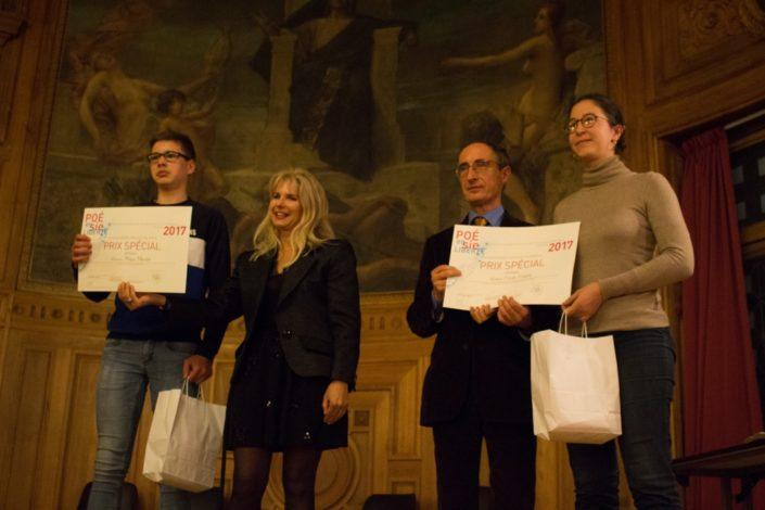 Patricia Mazoyer, Ministère de l'Agriculture et Gilles Tabard remettent un diplôme à Hugo Martin, Champ de Tracy à Vire(14) et à Cécile Cantat, Ecole Supérieure d'Agricultures d'Angers (49)