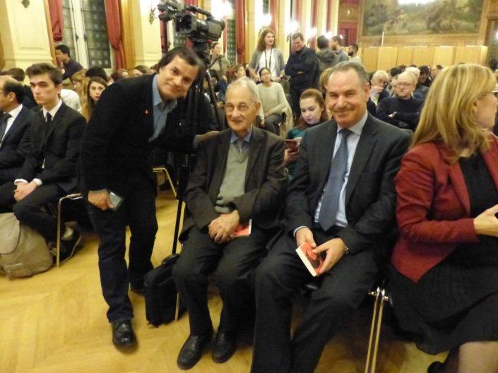 Binod Khahurel, Président de l'Association France Népal debout aux côtés de Pierre Brunel