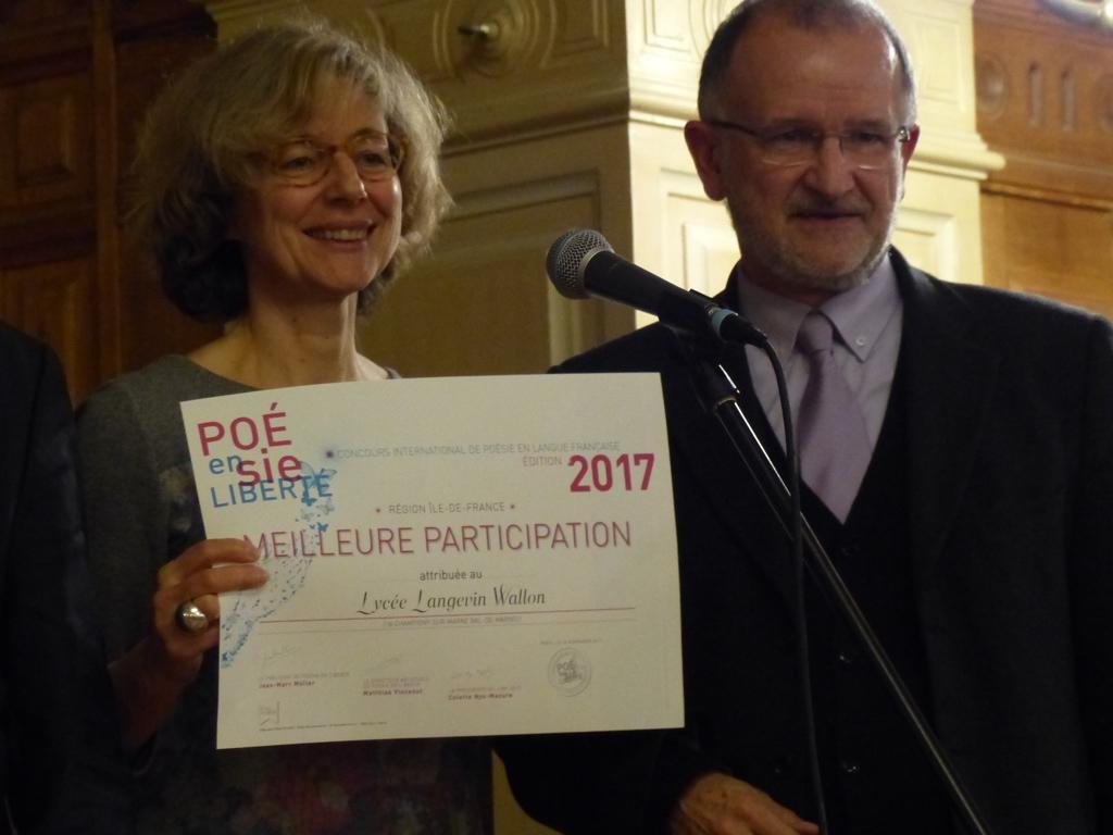 Marie-Carole Ciuntu, Vice-Présidente du Conseil régional Île-de-France et Bernard Martial, Professeur représentant le Lycée Langevin Wallon à Champigny/Marne (94), meilleure participation des Lycées en IDF