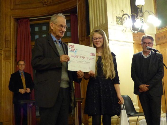 Pierre Brunel, Président d'Honneur, remet à Louise A. le Grand Prix du Jury