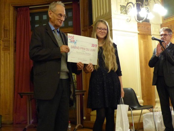 Pierre Brunel, Président d'Honneur, remet à Louise A. le Grand Prix du Jury sous les applaudissements de Guy Férét, Trésorier
