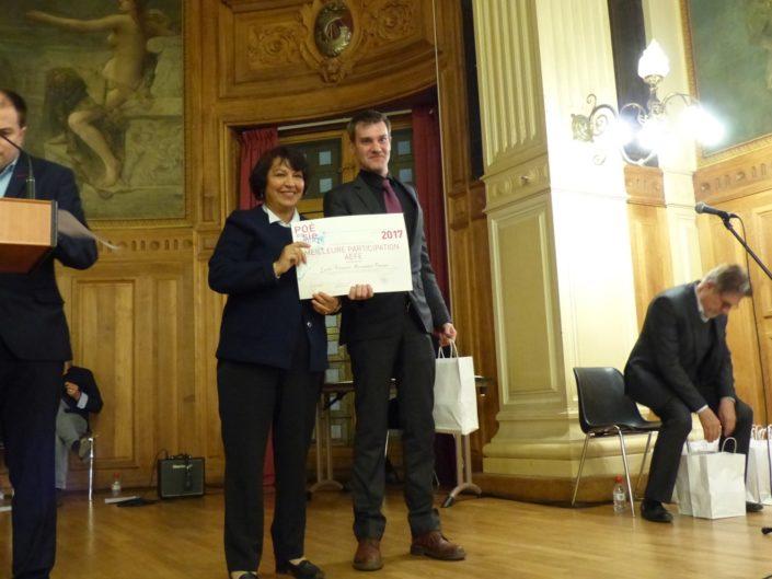 Fadila Méhal, Présidente de la Commission de la culture de la Ville de Paris remet le Prix de la Meilleure participation AEFE au Lycée Français Alexandre Dumas de Moscou (Russie) représenté par Monsieur Hervé Imbert de Balorre, Professeur.