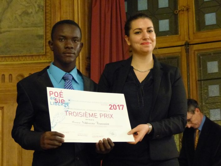 """Niklovens Fransaint, Prix """"Dis-moi dix mots"""" et 3ème prix des Lycées de l'étranger, IMFP à Gonaïves (Haïti) et Bérangère Ferry-Wilczek, chargée de communication, Ministère de la Culture"""