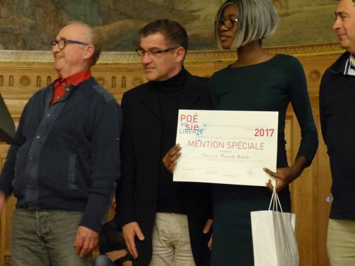 Abigaëlle Wabelo, mention spéciale, Lycée Fernand Léger, Ivry-sur-Seine (94) entourée d'André Prodhomme, Philippe Le Guillou, Proviseur et Ariel Lellouche, Instituteur