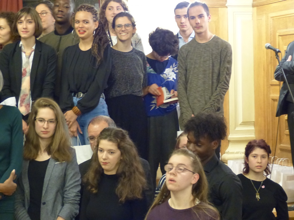 Sarah cherche son poème page 110 entre Clara Müller et Romain Delait, devant Jacques de Certaines