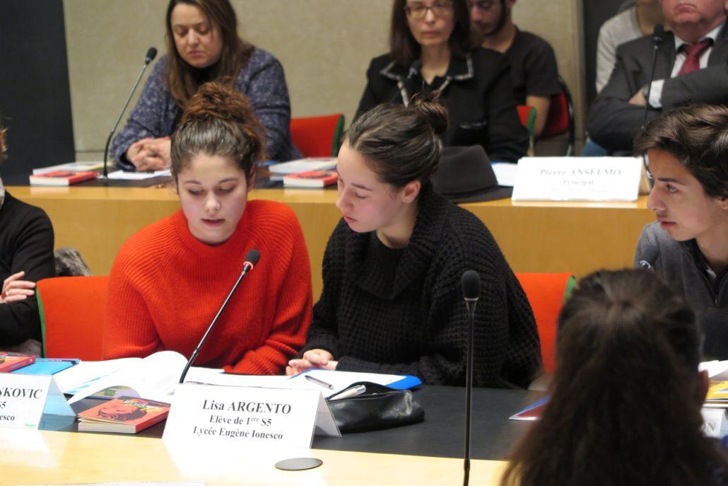 un duo de poètes : Angela et Lisa. Au second plan, Lynda Aït Bachir, Déléguée et Myriam Mesbah, Trésorier adjoint