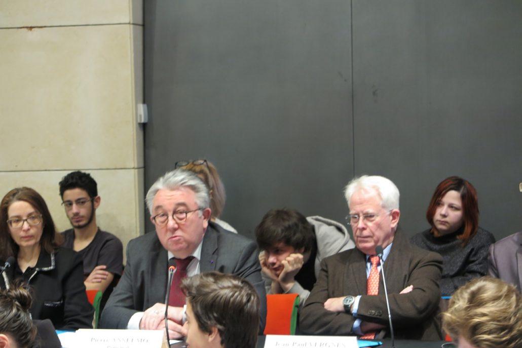 Au centre, Pierre Anselmo, Principal du collège Henri Matisse entouré de Myriam Mesbah et de Jean-Paul Vergnes, Proviseur du Lycée Eugène Ionesco