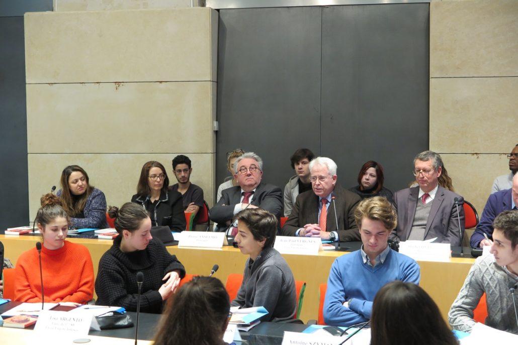 au centre, Lynda Aït Bachir, Myriam Mesbah, Pierre Anselmo, Jean-Paul Vergnes, Michel Quinton