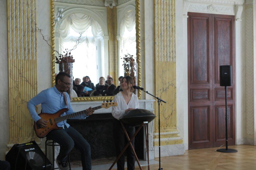 Le duo DYAS, Eric Delblond à la basse et Joséphine Chloé au chant et au handpan