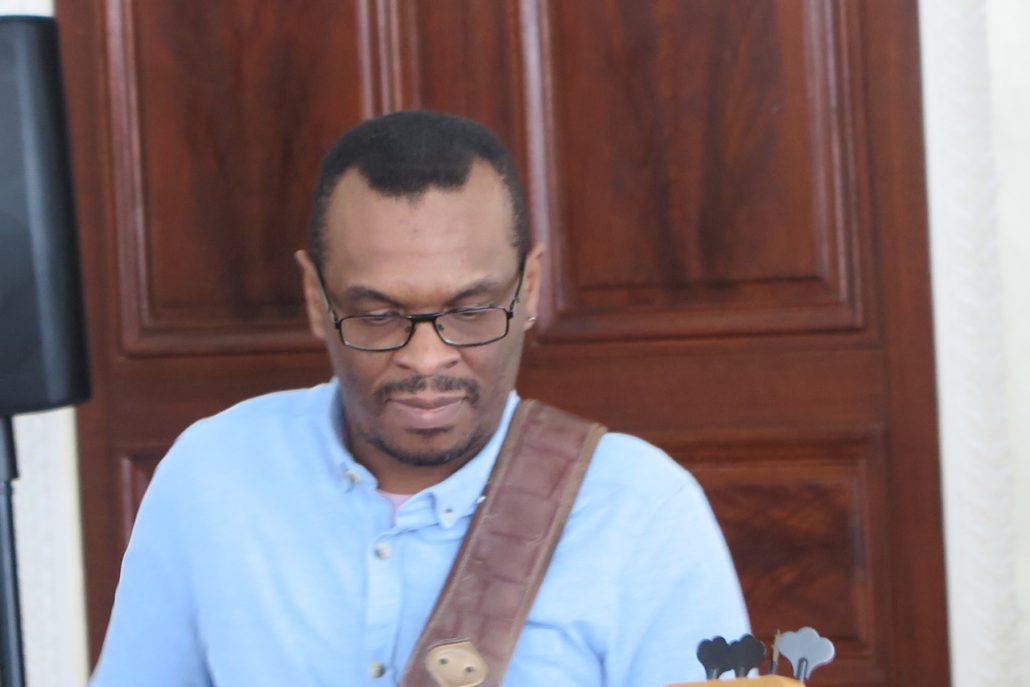 Eric Delblond du duo Dyas, bassiste