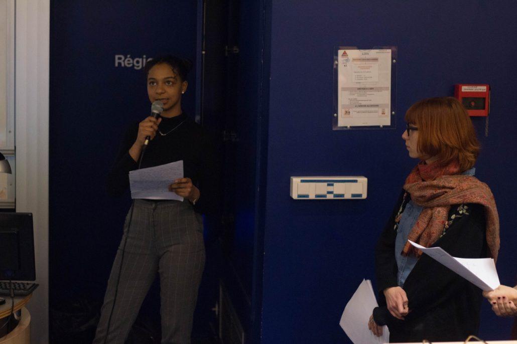 Inès Touré, élève de 1ère présente son exposé sous les yeux de Madame Léa Athenion, professeur