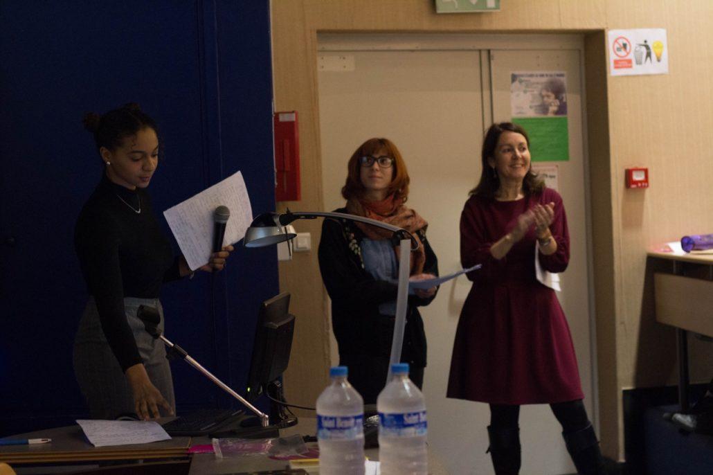 Inès Touré, élève de 1ère présente son exposé devant Mesdames Léa Athenion et Elisabeth Batier professeurs du lycée
