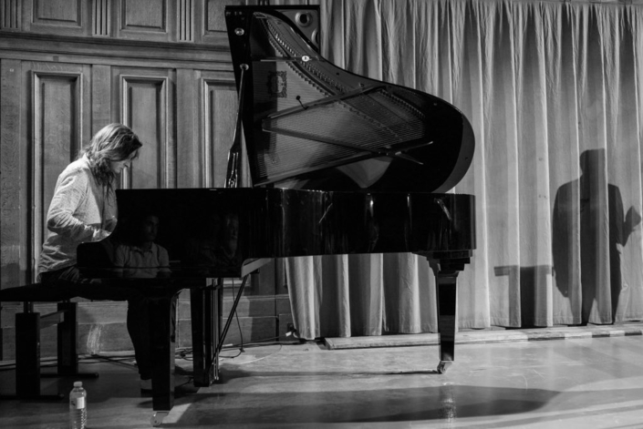 Etienne Champollion, compositeur arrangeur, multiinstrumentiste, accompagne les poèmes de la soirée.