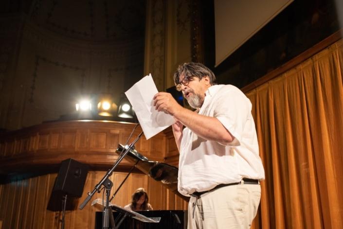 Dominique Thomas, accompagné dans sa lecture par Etienne Champollion