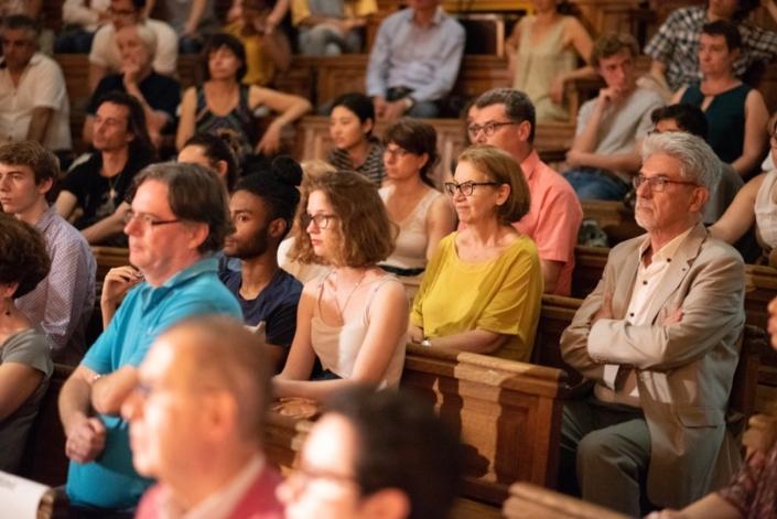 en gris, dans le public, Guy Féret, Président délégué. Autour de lui, des participants du concours