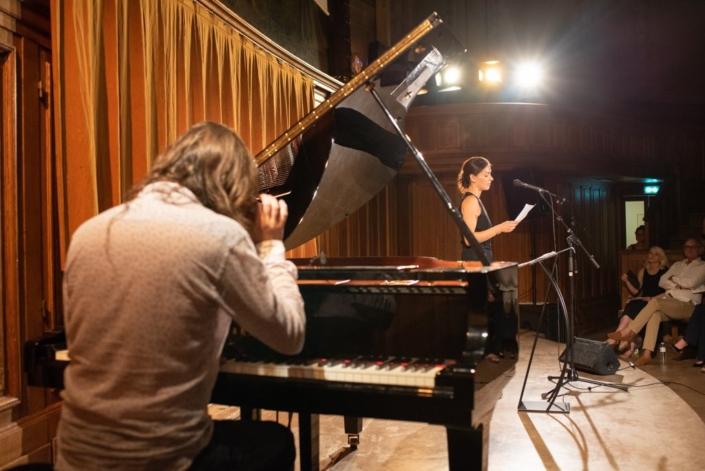 Au piano, Etienne Champollion pour Malya Roman